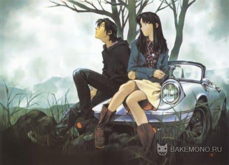 парочка влюбленных сидит на автомобиле
