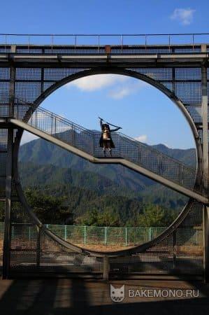 Косплей на круглом мосту