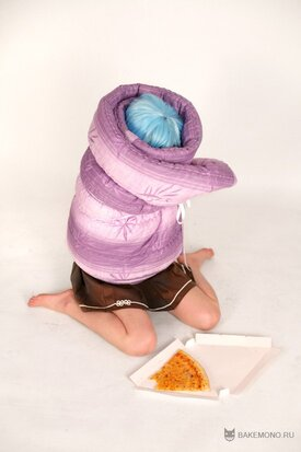 Эрио Това завернутая в одеяло