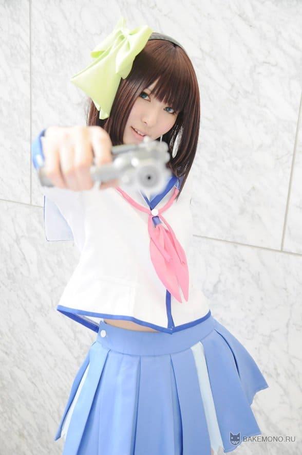 Милая Юри Накамуру с пистолетом
