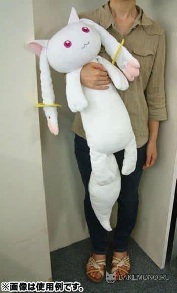 Девушка обнимает игрушку стоя