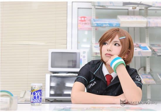Мэйко скучает у кассы