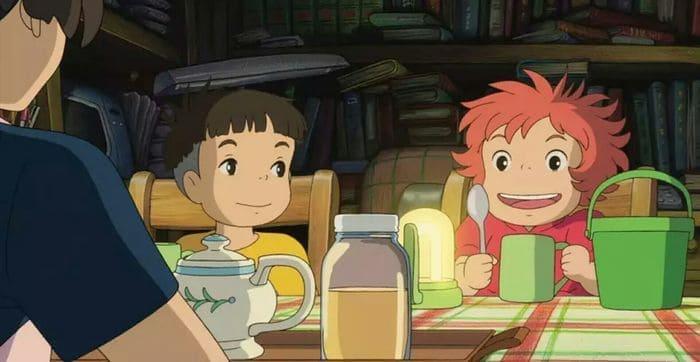 Кадр из повтора аниме Рыбка Поньо на утёсе